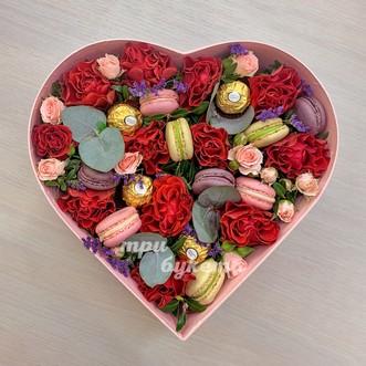 Сердце с розами и макарунами фото