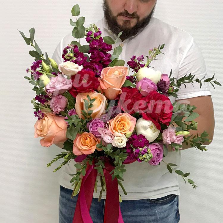 Пышный букет роз и маттиол