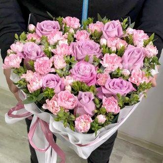 Сердце из розовых роз и гвоздик