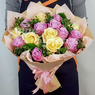 15 пышных роз в крафте