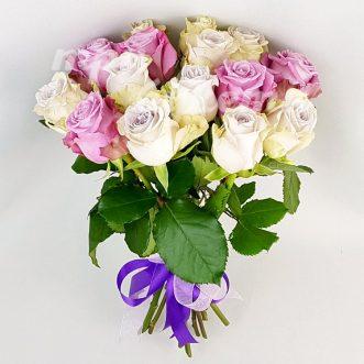 Букет из 15 розовых и кремовых роз