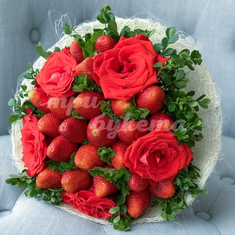 Букет из клубники и 5 алых роз (на кресле)
