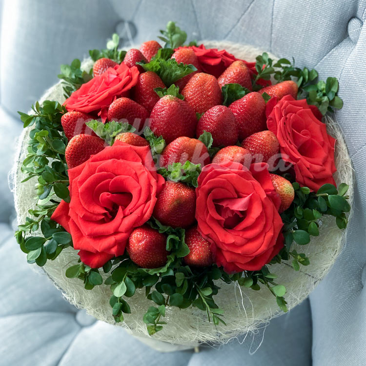 Букет из клубники и 5 алых роз (вид сверху)