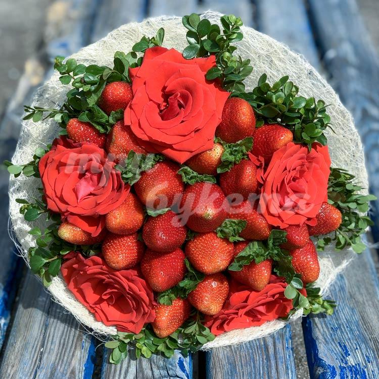 Букет из клубники и 5 алых роз (на скамье)