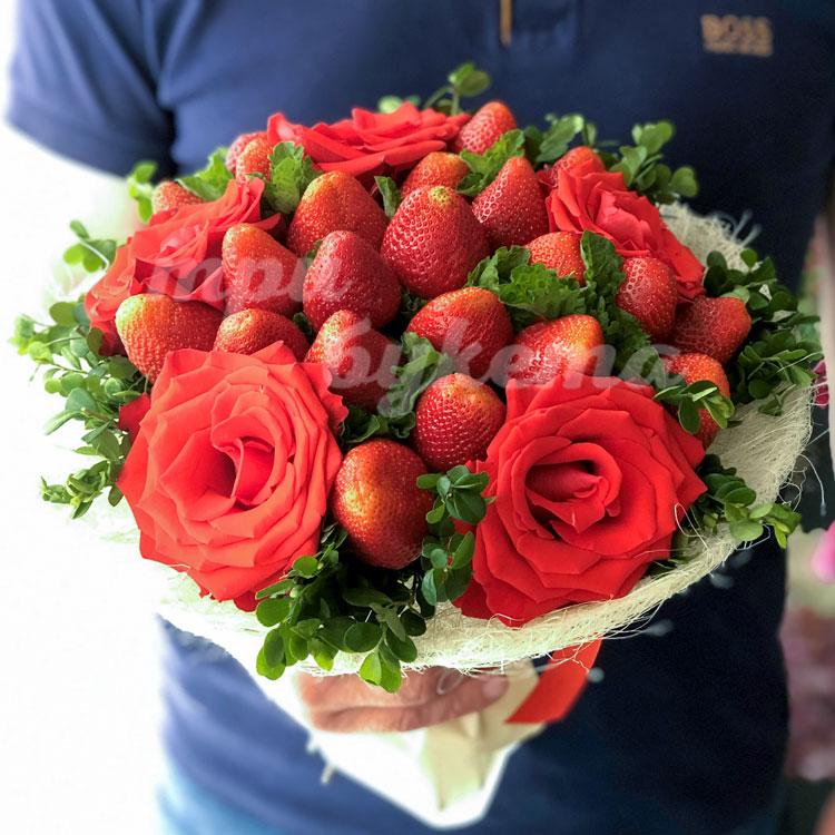 Букет из клубники и 5 алых роз