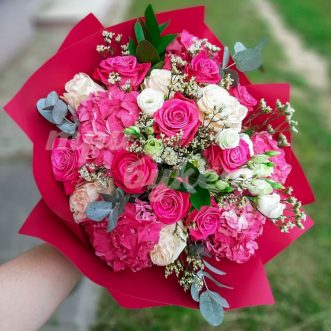 Букет из розовых роз и гортензии