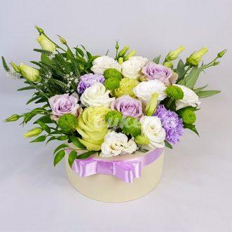Эустомы, гвоздики и розы в коробке