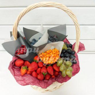Корзина с клубникой и ягодами