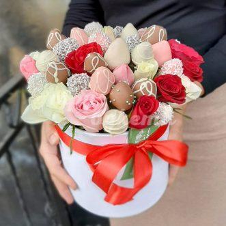 30 ягод клубники и розы в коробке