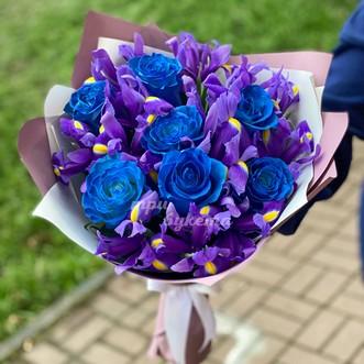 Букет из синих роз и ирисов