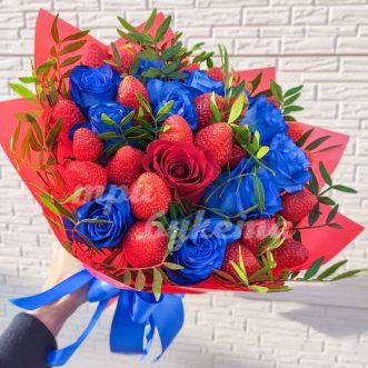 Букет из синих роз и клубники