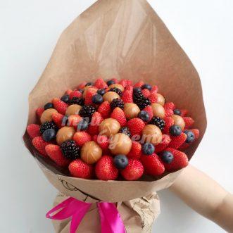 Букет из ягод и конфет Toffifee