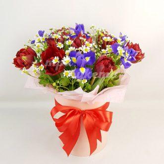 Ирисы и тюльпаны с ромашкой