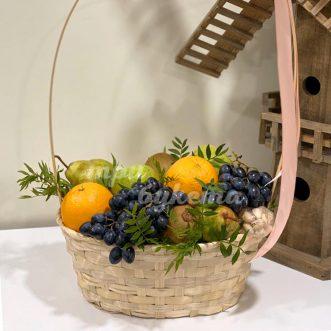 Корзина винограда с фисташками