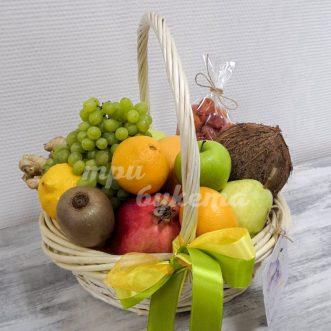 Корзинка с кокосом и виноградом