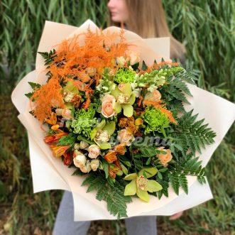 Зеленый букет из орхидеи и роз